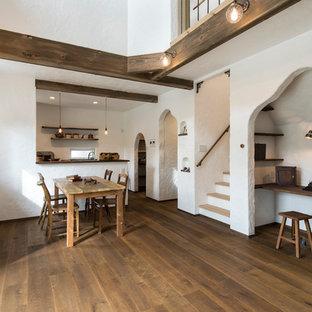 福岡の小さいサンタフェスタイルのおしゃれなホームオフィス・仕事部屋 (白い壁、濃色無垢フローリング、茶色い床、造り付け机) の写真