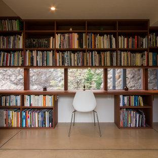 他の地域のモダンスタイルのおしゃれな書斎 (ベージュの壁、コンクリートの床、暖炉なし、造り付け机、ベージュの床) の写真