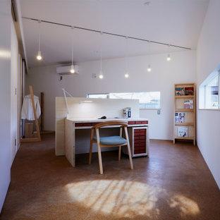 Kleines Nordisches Arbeitszimmer mit Arbeitsplatz, weißer Wandfarbe, Korkboden, freistehendem Schreibtisch, braunem Boden und Tapetendecke in Sonstige