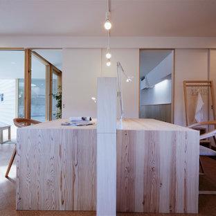 На фото: маленькое рабочее место в скандинавском стиле с белыми стенами, пробковым полом, отдельно стоящим рабочим столом, коричневым полом, потолком с обоями и обоями на стенах с
