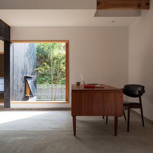 福岡のモダンスタイルのおしゃれなホームオフィス・書斎 (白い壁、コンクリートの床、自立型机、グレーの床) の写真