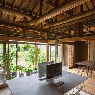 Idéer för ett asiatiskt arbetsrum, med vita väggar, ljust trägolv och ett fristående skrivbord