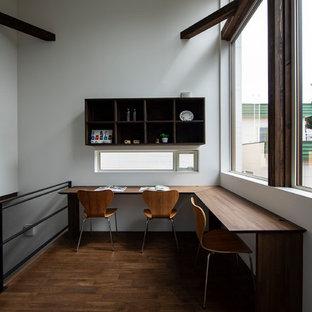 札幌のモダンスタイルのおしゃれなホームオフィス・書斎 (白い壁、濃色無垢フローリング、自立型机、茶色い床) の写真