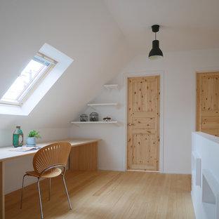 他の地域の北欧スタイルのおしゃれなホームオフィス・仕事部屋 (白い壁、淡色無垢フローリング、造り付け机、ベージュの床) の写真