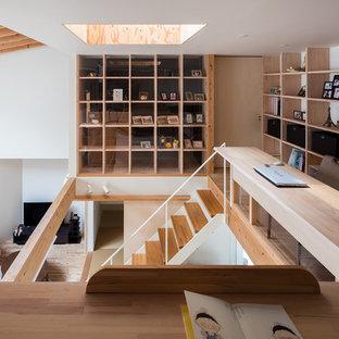 他の地域のコンテンポラリースタイルのおしゃれなホームオフィス・書斎 (ライブラリー、白い壁、無垢フローリング、造り付け机、茶色い床) の写真