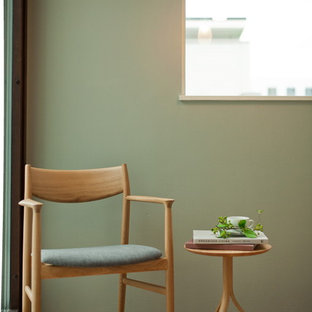 東京23区の北欧スタイルのおしゃれな書斎 (緑の壁、自立型机、無垢フローリング) の写真