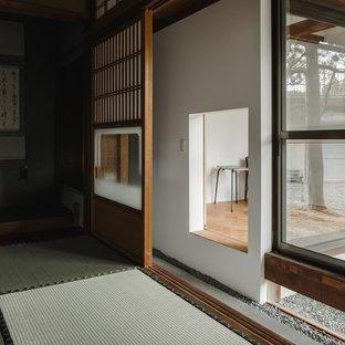 他の地域の巨大な和風のおしゃれな書斎 (白い壁、無垢フローリング、自立型机、ベージュの床) の写真
