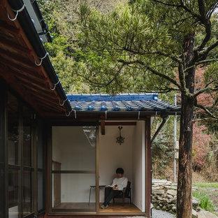 Foto di un ampio ufficio etnico con pareti bianche, pavimento in legno massello medio, scrivania autoportante e pavimento beige