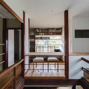 他の地域の和風のおしゃれなホームオフィス・書斎 (白い壁、無垢フローリング、造り付け机、茶色い床) の写真