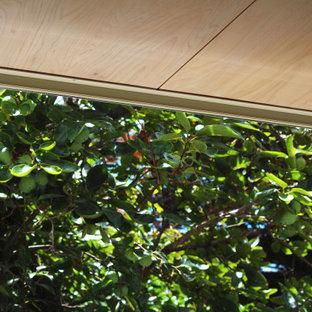 Foto de estudio madera y madera, contemporáneo, pequeño, madera, con paredes beige, moqueta y madera