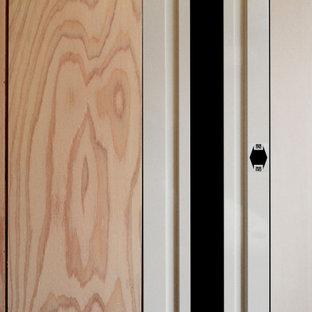 Diseño de estudio madera y madera, actual, pequeño, madera, con paredes beige, moqueta y madera
