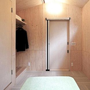 Modelo de estudio madera y madera, actual, pequeño, madera, con paredes beige, moqueta, suelo gris y madera