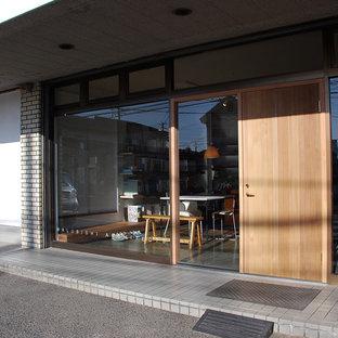 他の地域のモダンスタイルのおしゃれなアトリエ・スタジオ (白い壁、リノリウムの床、自立型机、茶色い床) の写真
