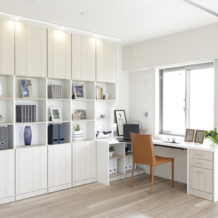 Imagen de despacho actual con paredes blancas, escritorio empotrado, suelo de madera pintada y suelo gris