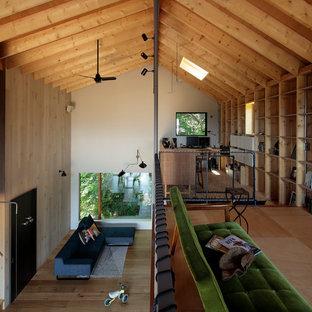 他の地域のラスティックスタイルのおしゃれなホームオフィス・書斎 (マルチカラーの壁、淡色無垢フローリング、自立型机、茶色い床) の写真