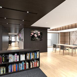 東京23区の広いコンテンポラリースタイルのおしゃれなホームオフィス・書斎 (ライブラリー、茶色い壁、無垢フローリング、暖炉なし、造り付け机、オレンジの床) の写真