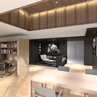 東京23区の広いコンテンポラリースタイルのおしゃれなホームオフィス・書斎 (ライブラリー、オレンジの壁、無垢フローリング、暖炉なし、造り付け机、オレンジの床) の写真