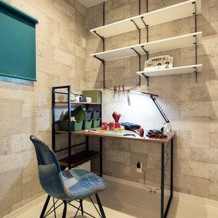 他の地域のインダストリアルスタイルのおしゃれなホームオフィス・書斎 (グレーの壁、自立型机、ベージュの床、淡色無垢フローリング) の写真