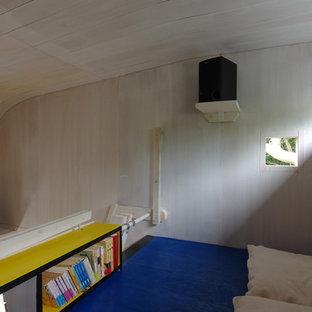 Cette image montre un petit bureau nordique de type studio avec un mur blanc, un sol en contreplaqué, aucune cheminée, un bureau intégré et un sol bleu.