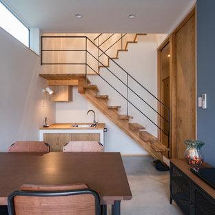 名古屋のカントリー風おしゃれなホームオフィス・仕事部屋 (マルチカラーの壁、コンクリートの床、グレーの床) の写真