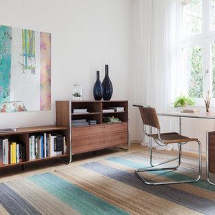 他の地域のミッドセンチュリースタイルのおしゃれな書斎 (白い壁、淡色無垢フローリング、自立型机、ベージュの床) の写真