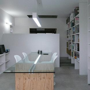 東京都下のコンテンポラリースタイルのおしゃれなホームオフィス・仕事部屋 (白い壁、コンクリートの床、自立型机、グレーの床) の写真