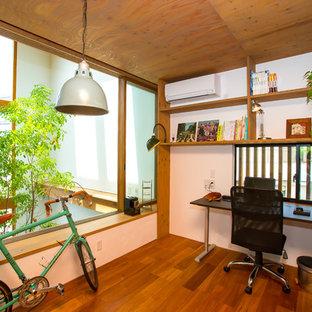 他の地域のアジアンスタイルのおしゃれなアトリエ・スタジオ (白い壁、無垢フローリング、暖炉なし、自立型机) の写真