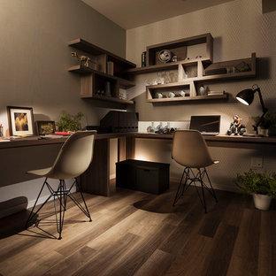 Esempio di un piccolo studio contemporaneo con pareti grigie, pavimento in legno verniciato, scrivania incassata e pavimento grigio