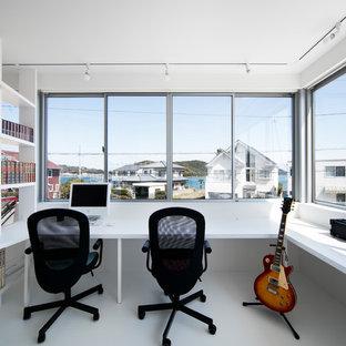 他の地域のモダンスタイルのおしゃれなホームオフィス・仕事部屋 (白い壁、造り付け机、白い床) の写真
