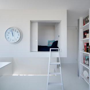 他の地域のモダンスタイルのおしゃれなホームオフィス・書斎 (白い壁、造り付け机、白い床) の写真