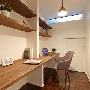 他の地域のモダンスタイルのおしゃれなホームオフィス・書斎 (白い壁、濃色無垢フローリング、茶色い床、造り付け机) の写真