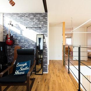 他の地域のインダストリアルスタイルのおしゃれなホームオフィス・書斎 (白い壁、無垢フローリング、茶色い床) の写真