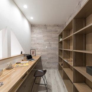 札幌の北欧スタイルのおしゃれなホームオフィス・仕事部屋 (マルチカラーの壁、塗装フローリング、造り付け机) の写真