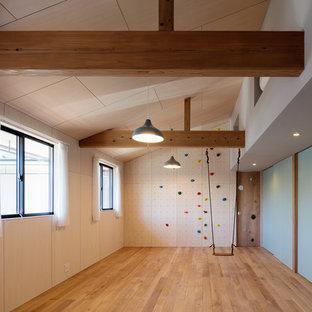 他の地域のアジアンスタイルのおしゃれな子供部屋 (青い壁、無垢フローリング、茶色い床) の写真
