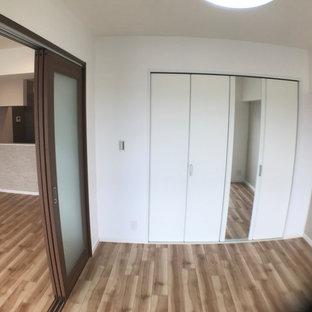 Mittelgroßer Asiatischer Fitnessraum mit Indoor-Sportplatz, weißer Wandfarbe, Sperrholzboden und gelbem Boden in Sonstige