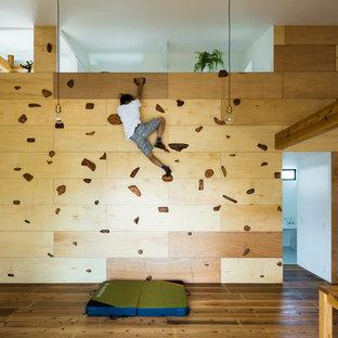 Ejemplo de sala de juegos en casa abierta, asiática, con paredes beige, suelo de madera en tonos medios y suelo marrón