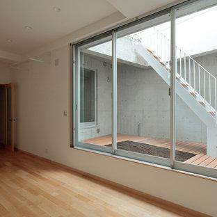 東京23区の中くらいのモダンスタイルのおしゃれなトレーニングルーム (白い壁、淡色無垢フローリング、ベージュの床、塗装板張りの天井) の写真