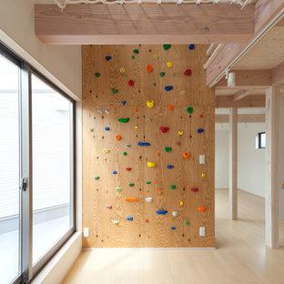 他の地域, の男女兼用コンテンポラリースタイルの遊び部屋の写真 (白い壁、淡色無垢フローリング、ベージュの床)
