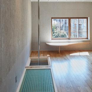Multifunktionaler Moderner Fitnessraum mit grauer Wandfarbe, braunem Holzboden, braunem Boden und Holzdielendecke in Nagoya