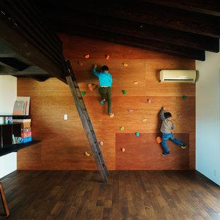 Idee per una parete da arrampicata contemporanea con parquet scuro e pareti marroni