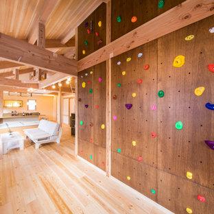 他の地域のコンテンポラリースタイルのおしゃれなクライミングウォール (茶色い壁、淡色無垢フローリング、ベージュの床、三角天井、板張り天井) の写真