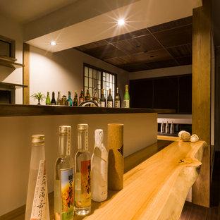 他の地域の和風のおしゃれなホームバー (木材カウンター、濃色無垢フローリング、茶色い床、ベージュのキッチンカウンター) の写真