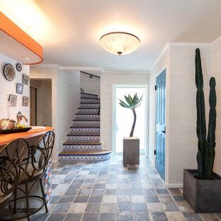 Esempio di un angolo bar di medie dimensioni con lavello da incasso, top in legno, pavimento con piastrelle in ceramica, pavimento blu e top arancione