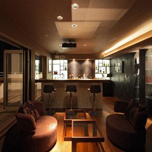 横浜の地中海スタイルのおしゃれなホームバー (木材カウンター、無垢フローリング、茶色い床、茶色いキッチンカウンター) の写真