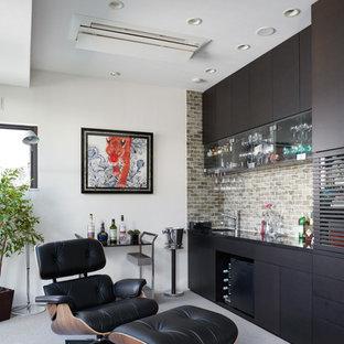 東京23区のコンテンポラリースタイルのおしゃれなウェットバー (フラットパネル扉のキャビネット、茶色いキャビネット、ベージュキッチンパネル、カーペット敷き) の写真