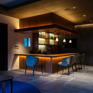 Immagine di un grande angolo bar moderno con pavimento con piastrelle in ceramica e pavimento grigio