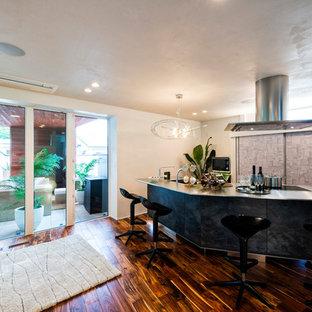 他の地域のコンテンポラリースタイルのおしゃれな着席型バー (ステンレスカウンター、塗装フローリング、茶色い床) の写真