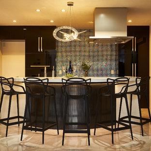 他の地域のモダンスタイルのおしゃれなホームバー (一体型シンク、大理石の床、ベージュの床、白いキッチンカウンター) の写真