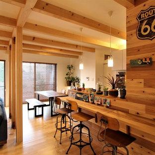 他の地域のモダンスタイルのホームバーの画像 (無垢フローリング、茶色い床、茶色いキッチンカウンター)