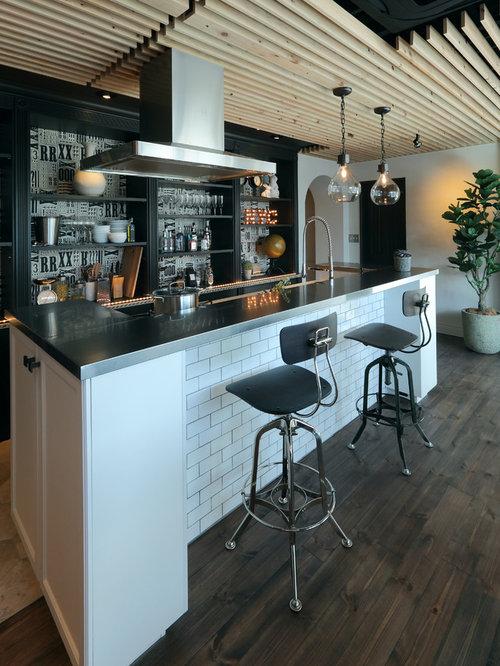 bar de salon industriel avec un sol en bois fonc photos et id es d co de bars de salon. Black Bedroom Furniture Sets. Home Design Ideas
